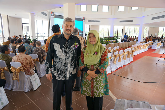 Mr Oleg Gorbulin With Ibu Mardhiah, Head Of Free Trade Zone Bintan