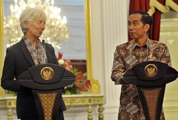 Presiden Joko Widodo (kanan) Berdialog Dengan Direktur Pelaksana Dana Moneter Internasional (IMF) Christine Lagarde (kiri) Usai Pertemuan Tertutup Di Istana Merdeka, Jakarta, Selasa (1/9). Kedua Pihak Membahas Persiapan Pertemuan Tahunan IMF Dan Bank Dunia (World Bank) Pada 2018 Di Nusa Dua Bali. ANTARA FOTO/Yudhi Mahatma/foc/15.